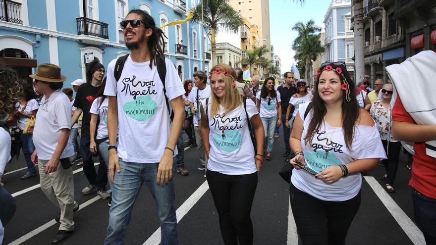 Los diputados de Podemos Alberto Rodríguez y Noemí Santana junto a Laura Fuentes.