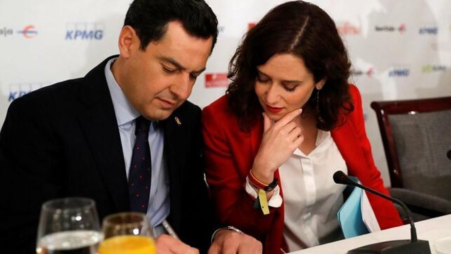 El presidente andaluz, Juan Manuel Moreno, con la candidata del PP a presidir la Comunidad de Madrid, Isabel Díaz Ayuso / JUAN CARLOS HIDALGO /EFE