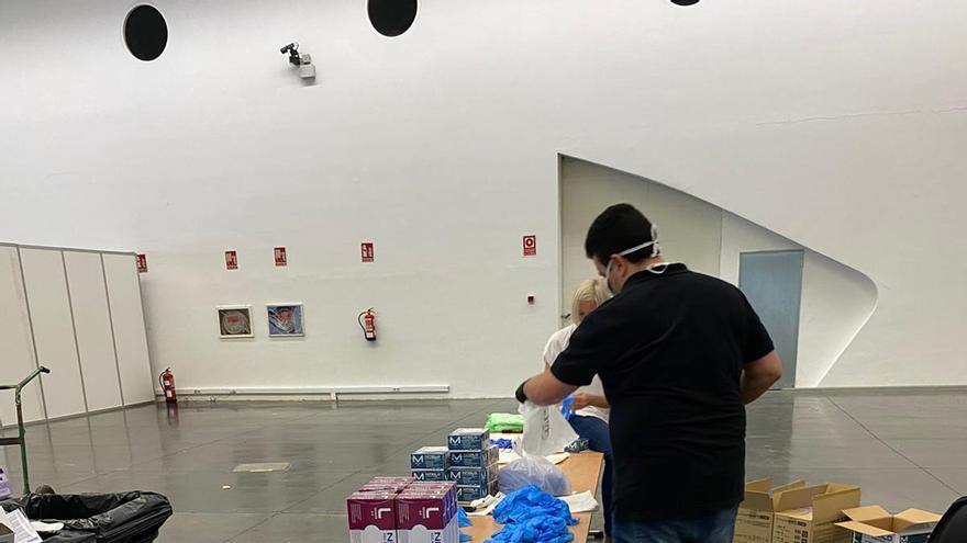 En el centro logístico del Recinto Ferial se preparan los lotes con material sanitario para su reparto.
