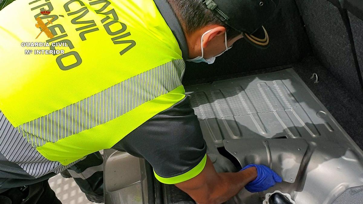 Inspección del vehículo con doble fondo