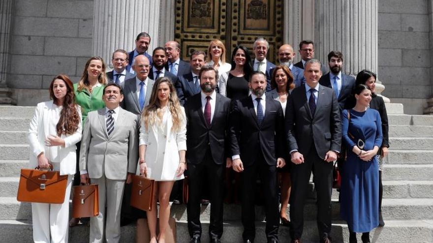 Los diputados de Vox posan en la puerta del Congreso