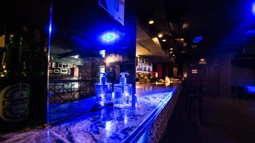 Gel desinfectante en una de las barras de una discoteca de Madrid.