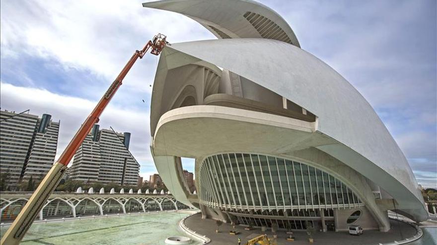 Calatrava propone más trencadís, aluminio o pintar la cubierta del Palau de les Arts