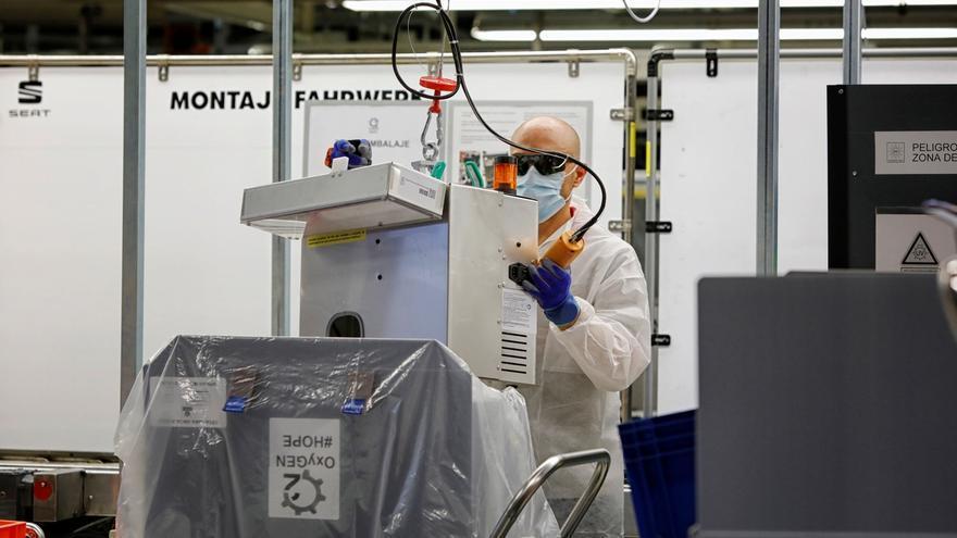Un operario de SEAT trabaja en la cadena de montaje de los respiradores.