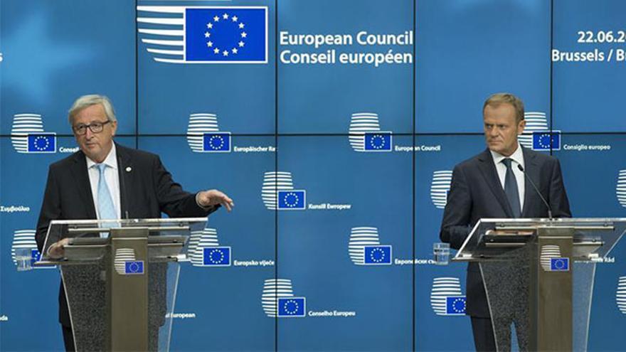 El  presidente de la Comisión Europea, Jean-Claude Juncker junto al presidente del Consejo Europeo, Donald Tusk
