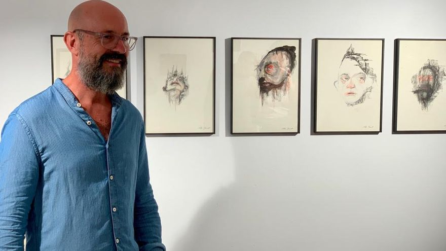El artista Rafa Bernat, junto a sus dibujos