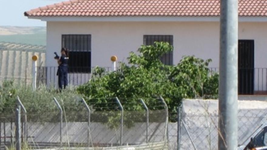 Una Agente Hace Fotos De La Finca Desde La Casa En Las Quemadillas