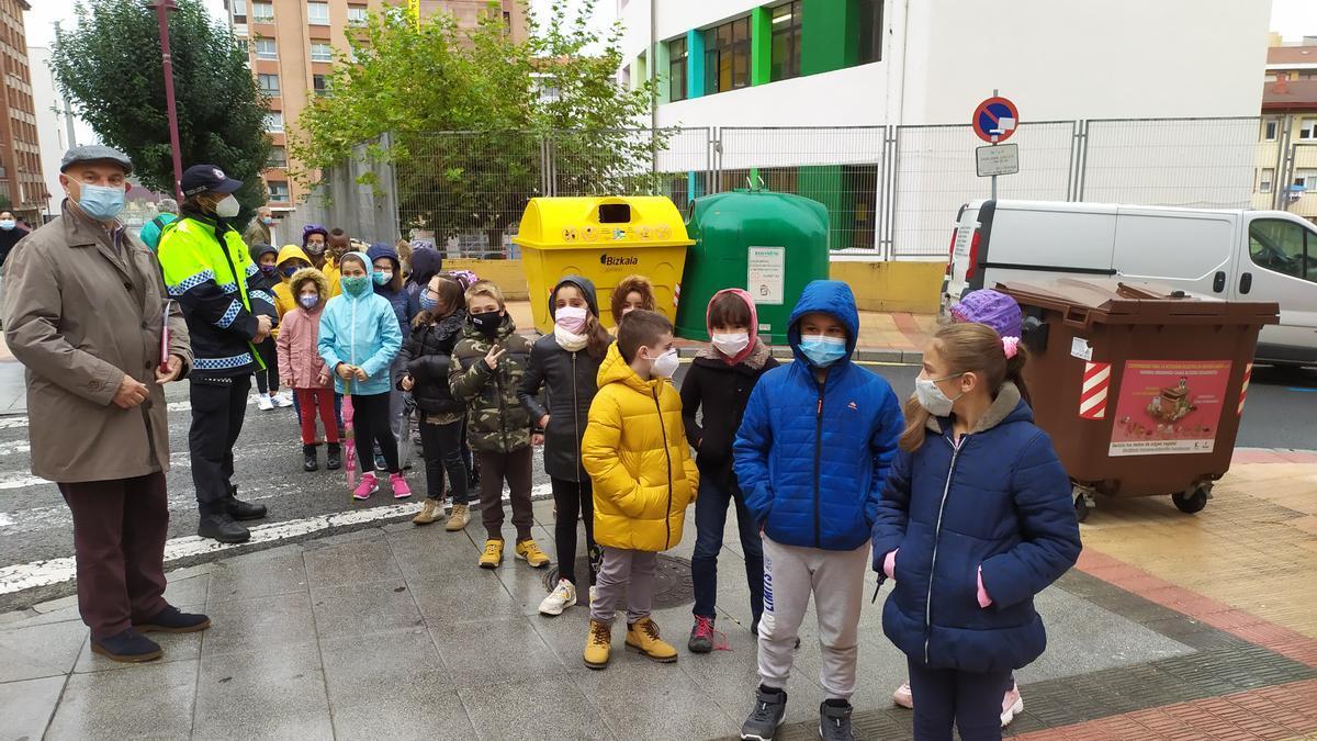 Estudiantes de Barakaldo realizan un recorrido con Ángel Madrazo y la Policía Local