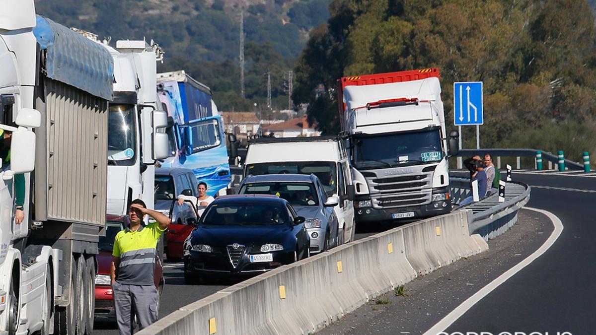 Tráfico denso en la carretera N-432 a su entrada a Córdoba.