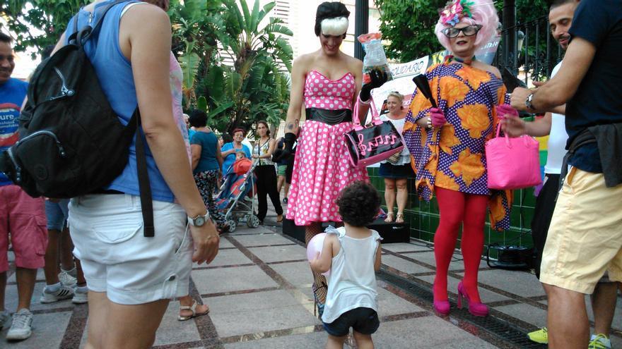 Una transformista juega con una niña en la Plaza de la Nogalera