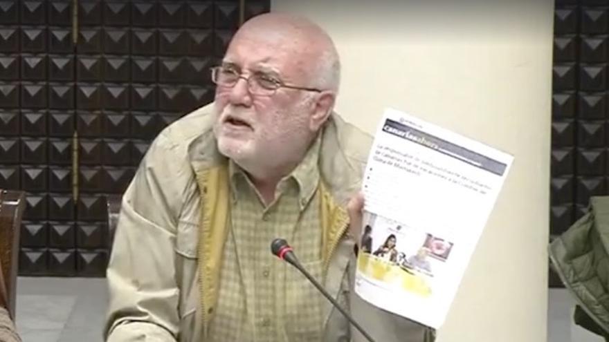 Manuel Marrero, diputado de Podemos, muestra en Comisión Parlamentaria la noticia sobre las vacaciones de Blanca Pérez en Marrakech