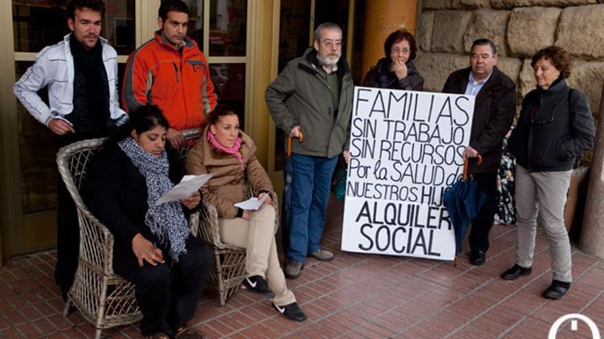 Una familia sin techo en la puerta del Ayuntamiento  MADERO CUBERO