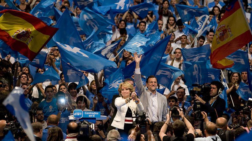 La presidenta del PP madrileño, Esperanza Aguirre, y el presidente del Gobierno, Mariano Rajoy, en el cierre de campaña de las autonómicas y municipales de 2011. / flickr del PP