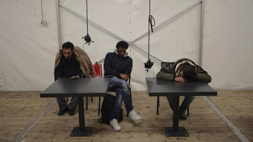 Varios refugiados esperando en el interior de la oficina de registro por la tarde en la capital berlinesa. FOTO: UNAI ARANZADI / BERLÍN
