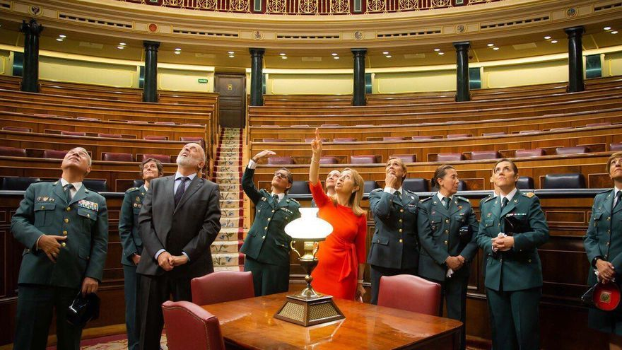 La presidenta del Congreso de los Diputados muestra a un grupo de guardias civiles los disparos efectuados por miembros de ese cuerpo en el golpe de Estado de 1981