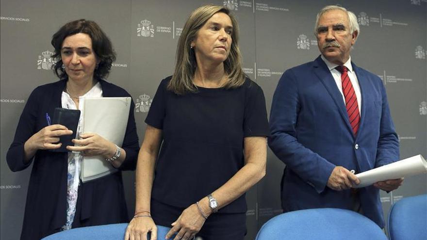 La ministra de Sanidad, Ana Mato (c), junto a la directora general de Salud Pública, Mercedes Vinuesa (i), y el director general de Atención Primaria de la Comunidad de Madrid, Antonio Alemany (d), durante la rueda de prensa de este lunes. / Efe