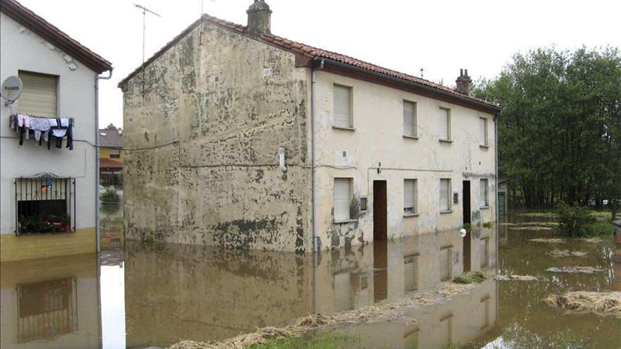 Evacuadas tres personas de una casa de Asturias tras el desbordamiento de un río