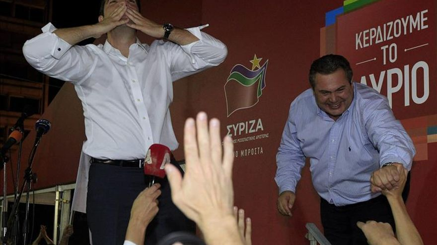 Tsipras y Kamenos, tras la victoria de Syriza. / Efe