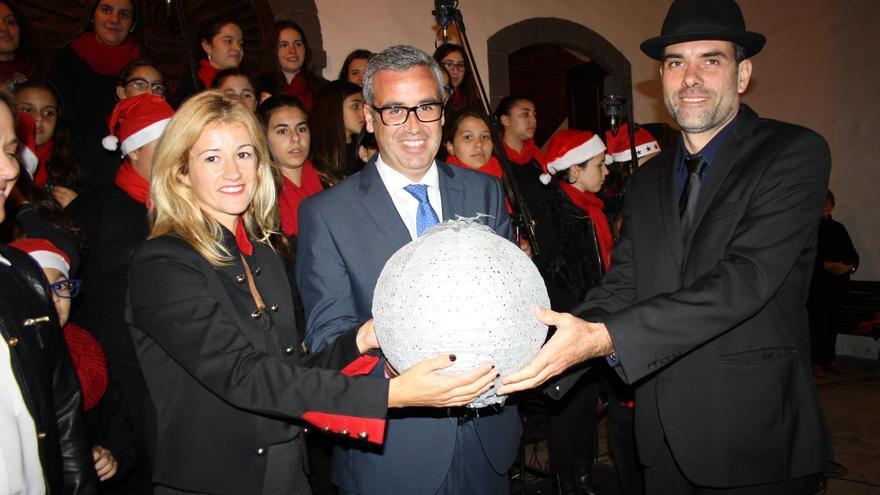 Virginia Espinosa, concejal de Fiestas de Santa Cruz de La Palma; Sergio Matos, alcalde de la capital, y Fernando Felipe Martel, músico y encargado de leer el pregón de la Navidad 2016.