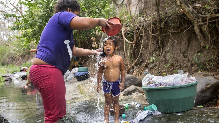 En la comunidad de El Jobo no hay una plaza, ni un parque, ni un mercado. El lugar más concurrido de la aldea es el río. Si no llegan muy temprano las mujeres deben hacer cola para poder lavar ropa. Ellas son las encargadas de las tareas del hogar y por lo tanto las que más sufren que no haya agua en el domicilio.