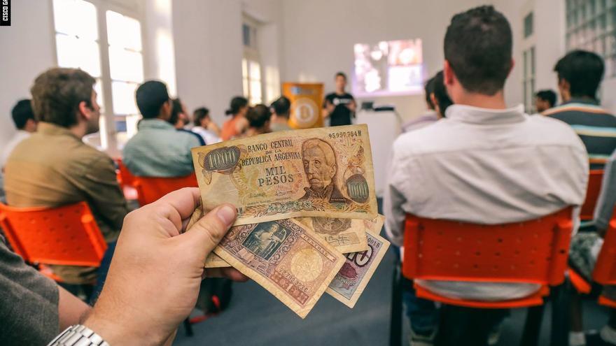Los argentinos están acostumbrados a buscar alternativas para solucioinar sus problemas con la moneda