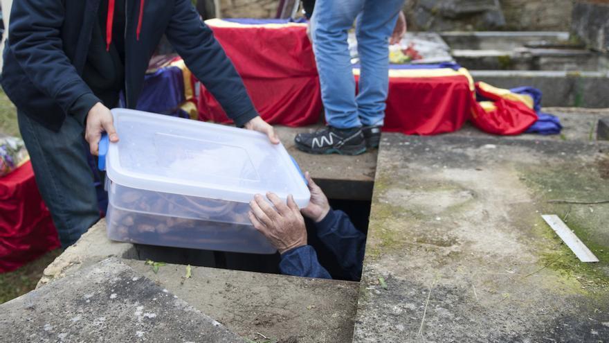 Los restos de 12 de los identificados son enterrados en el panteón en memoria de los republicanos fallecidos en la cárcel, construido en el cementerio donde fueron exhumados, junto a la iglesia de Valdenoceda | Álvaro Minguito \ DISO Press