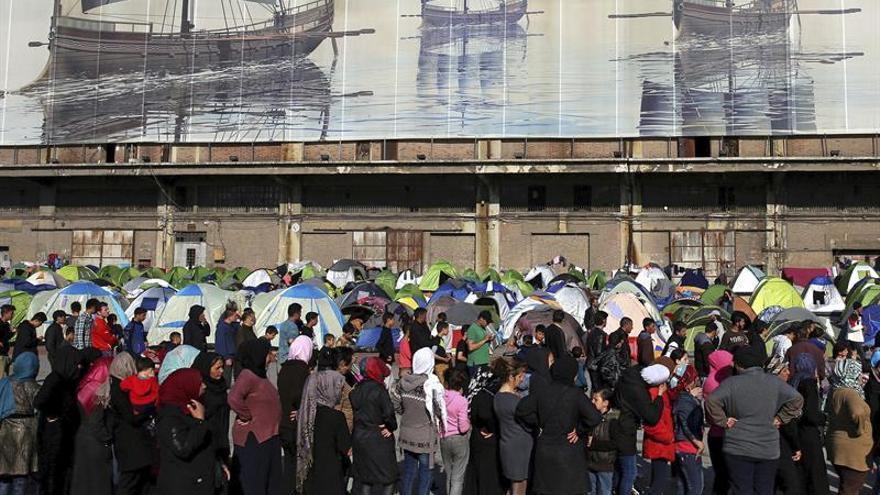 Un gran grupo de refugiados hacía cola este miércoles para recibir alimentos, en el campamento de refugiados en el puerto de El Pireo.