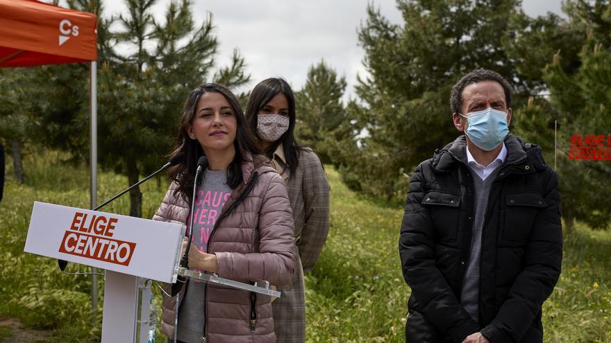 La presidenta de Ciudadanos, Inés Arrimadas, con la vicealcaldesa de Madrid, Begoña Villacís, y el candidato del partido a la Presidencia de la Comunidad de Madrid, Edmundo Bal.