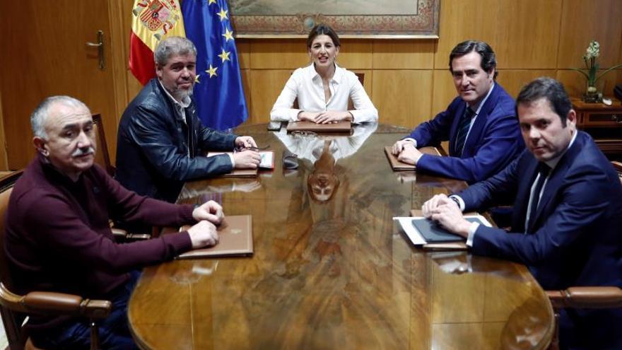 La ministra de Trabajo, Yolanda Díaz, durante la reunión con los dirigentes de las patronales, CEOE Antonio Garamendi (2d), y CEPYME Gerardo Cuerva (d), y de los sindicatos, CCOO, Unai Sordo (2i) y UGT, Pepe Álvarez (i), para analizar la próxima subida del Salario Mínimo Interprofesional (SMI), actualmente en 900 euros..