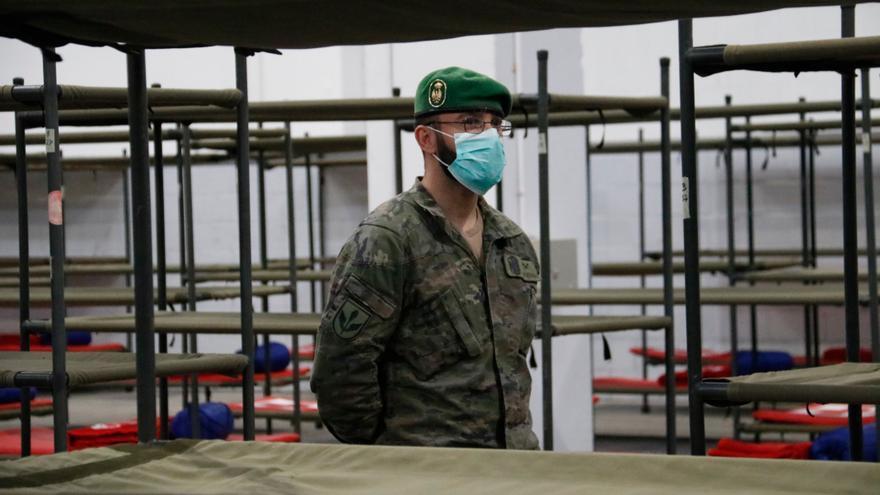 Un militar, en el pabellón