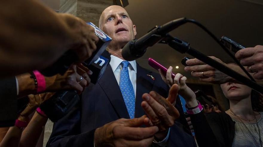 """El gobernador de Florida urge a tener una """"verdadera conversación"""" sobre las armas"""