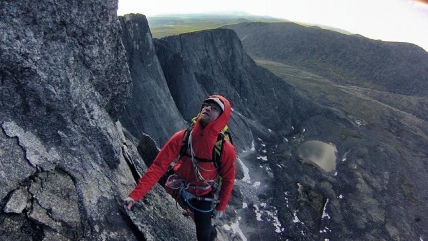 Iker Pou escalando durante la expedición a Siberia (© Hermanos Pou).