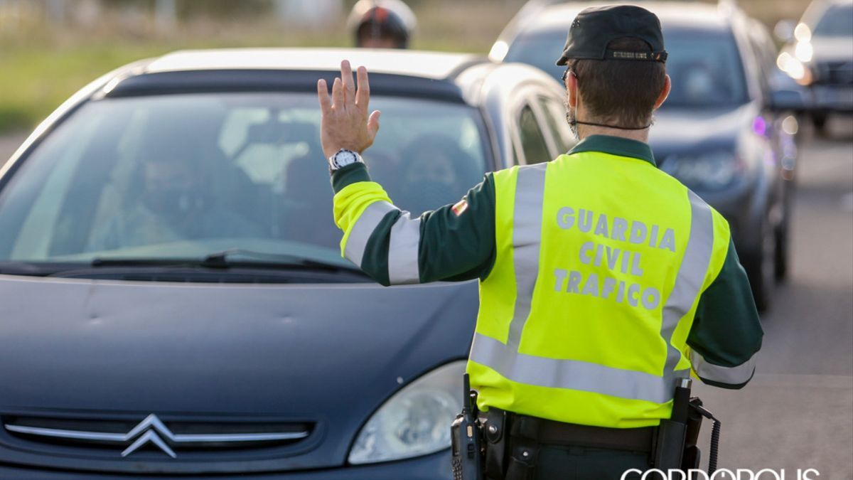 Un agente de la Guardia Civil de Tráfico controla el tráfico.