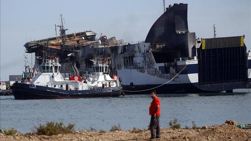 """El """"ferry"""" incendiado llegó al puerto de Sagunto tras ser remolcado 24 horas"""