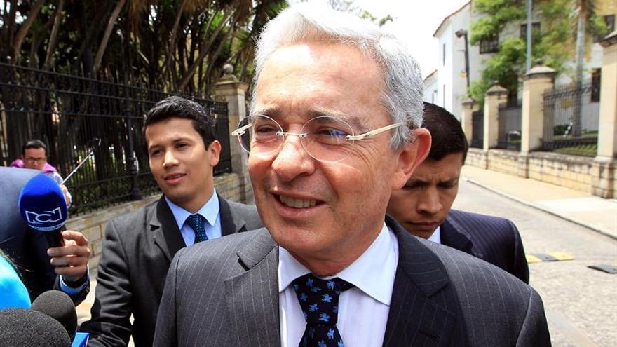"""Uribe dice que Santos le ha convocado a una reunión """"urgente"""""""