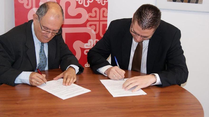 El Director de Relaciones Externas de Mercadona en Las Palmas, Arcadio Peñate, y el Director de Cáritas Diocesana de Canarias, Pedro Antonio Herranz