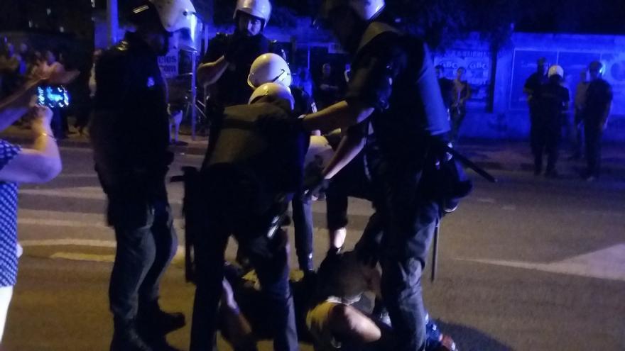 Carga policial contra un manifestante / ELISA RECHE