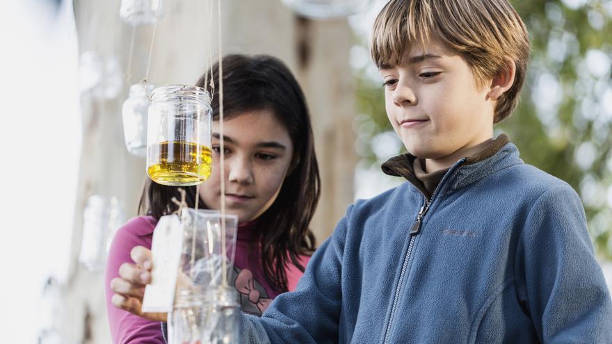 Niños creando lámparas de aceite en Miraflores (Sevilla)