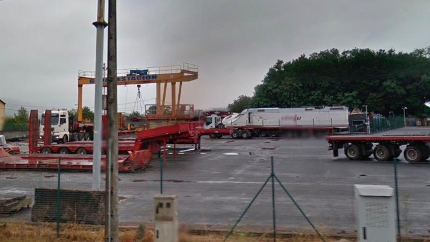 El tren siniestrado, en las instalaciones de una empresa de grúas en Padrón, cerca de Santiago