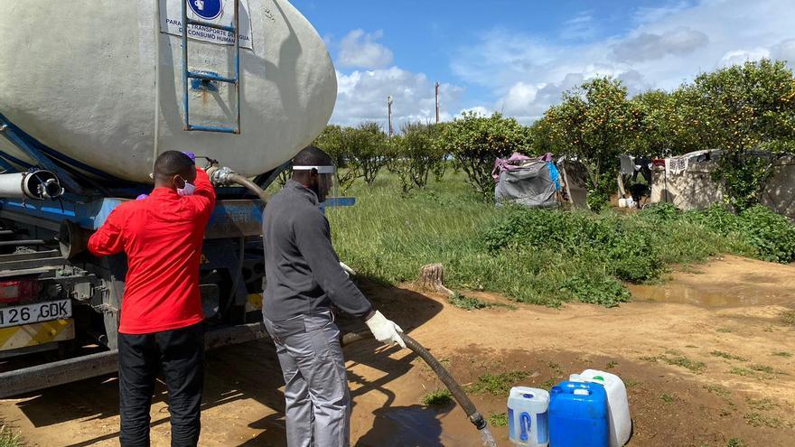 Lamine trabaja en el sector agrícola en el pueblo onubense de Lepe.