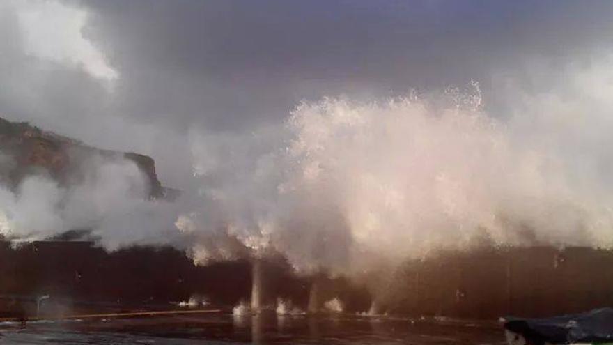 Espectacular ola en Puerto Espíndola, este sábado. Foto: BOMBEROS LA PALMA.