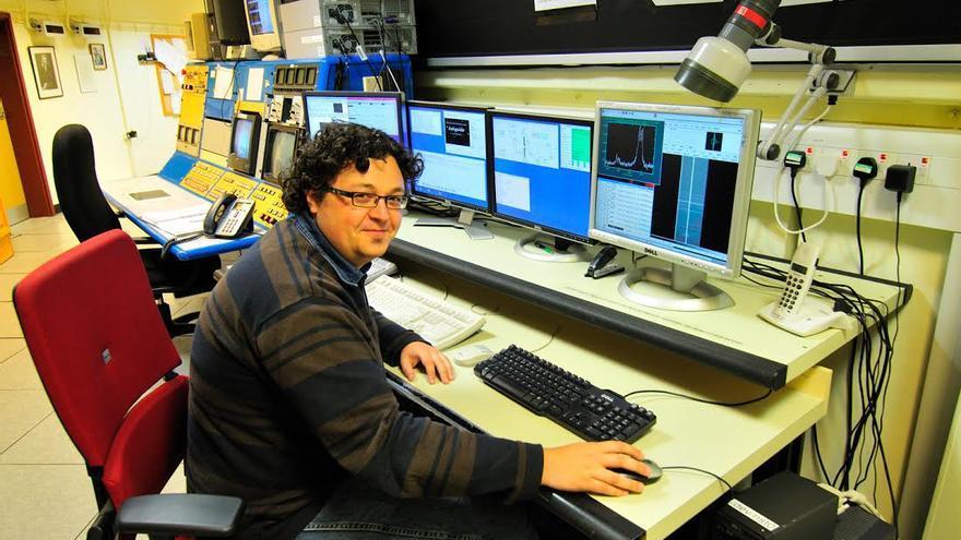 En la imagen, el astrofísico David Jones en la sala de control del telescopio Isaac Newton.