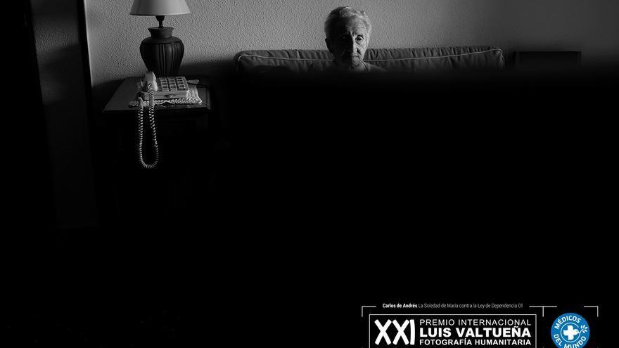 María ve la televisión en el salón de casa.  Foto: Carlos de Andrés. Ganador del XXI Premio Internacional de Fotografía Humanitaria Luis Valtueña de Médicos del Mundo. 2017-2018