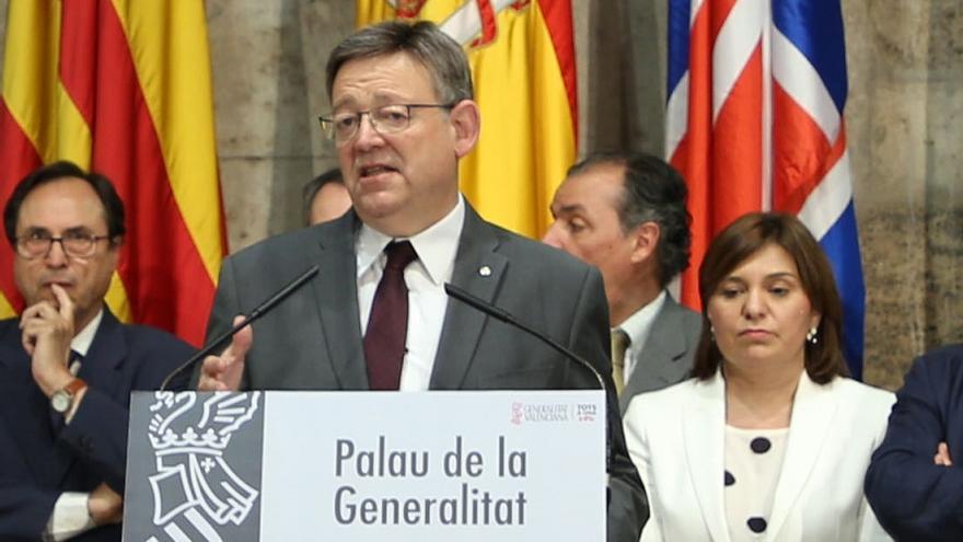 Ximo Puig, con Isabel Bonig detrás, tras el comité de seguimiento de la financiación
