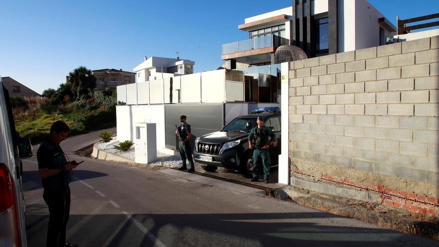 Agentes de la Guardia Civil durante el registro realizado hoy miércoles en la urbanización de Punta Carnero en Algeciras (Cádiz), que forma parte del operativo en el que participan unos 300 de la Benemérita contra el tráfico de drogas y  que se desarrolla en diferentes localidades de Cádiz, Málaga y Huelva.