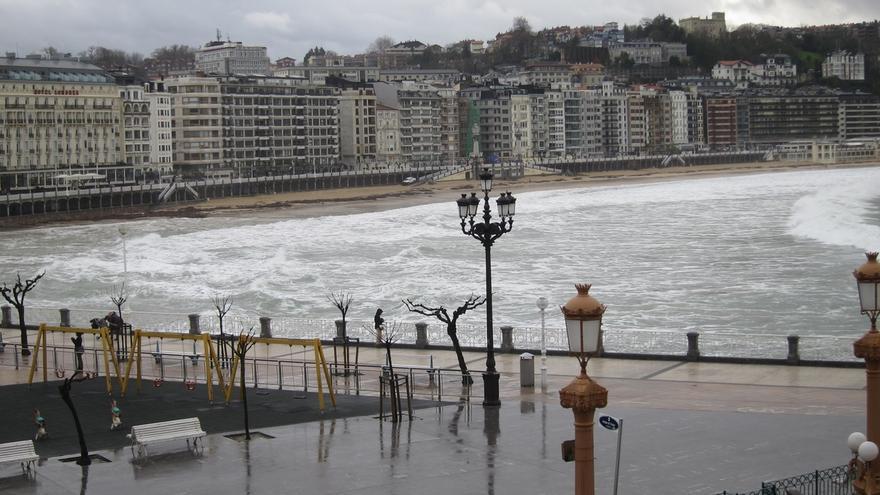El aviso amarillo por fuerte oleaje en la costa vasca se extiende hasta el martes