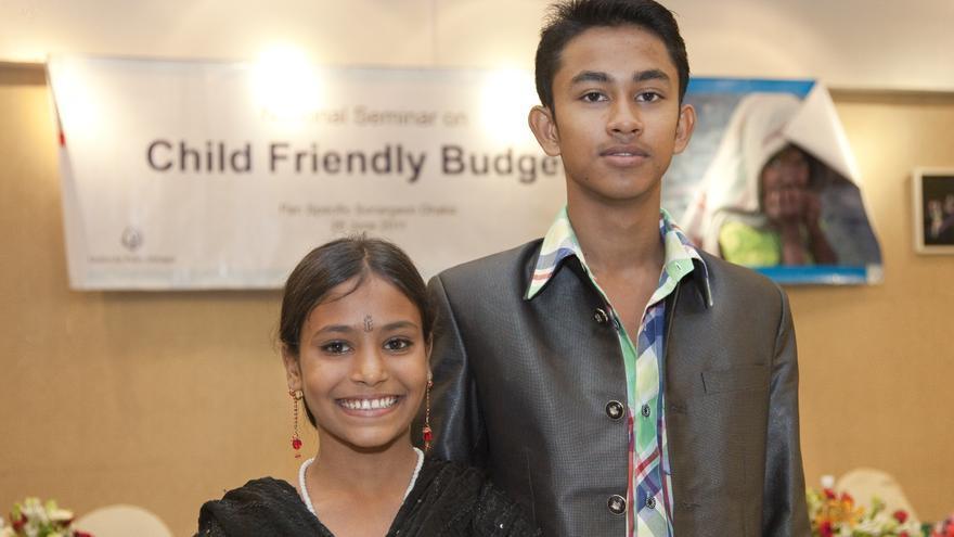 Mukta Aktar, de 12 años y Anis Ahmed de 16, en el seminario nacional sobre presupuestos e infancia organizado por UNICEF y celebrado en Dhaka (Bangladesh) en 2011 © UNICEF/BANA2011-00846/Haque