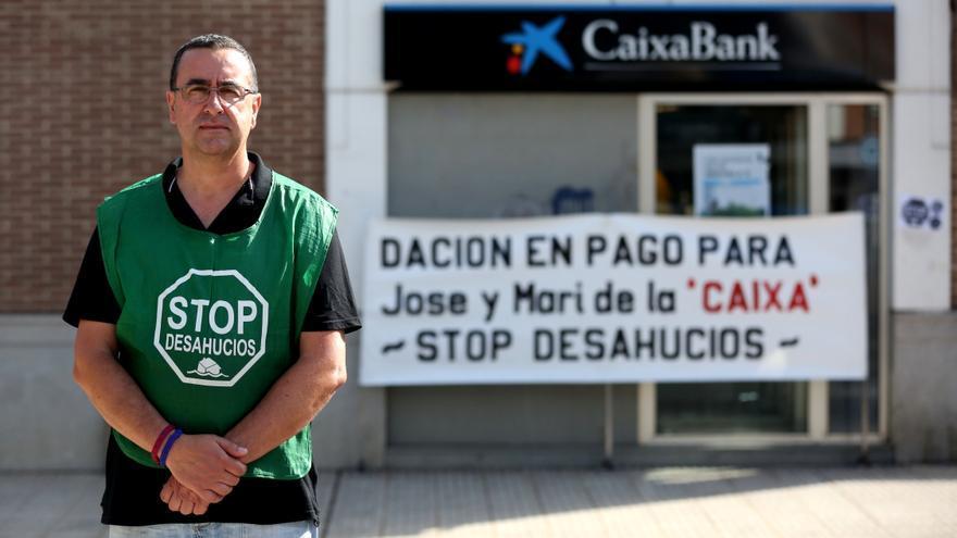 José en la puerta de la oficina de Caixabank donde se manifiesta desde noviembre. / Marta Jara