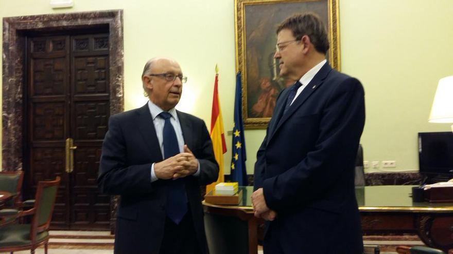 El president de la Generalitat, Ximo Puig, junto al ministro de Hacienda, Cristóbal Montoro
