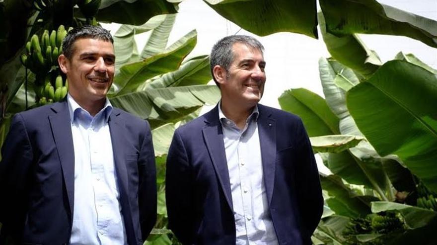 El consejero de Agricultura del Gobierno de Canarias, Narvay Quintero y el presidente del Gobierno regional, Fernando Clavijo. (Foto: Europa Press)